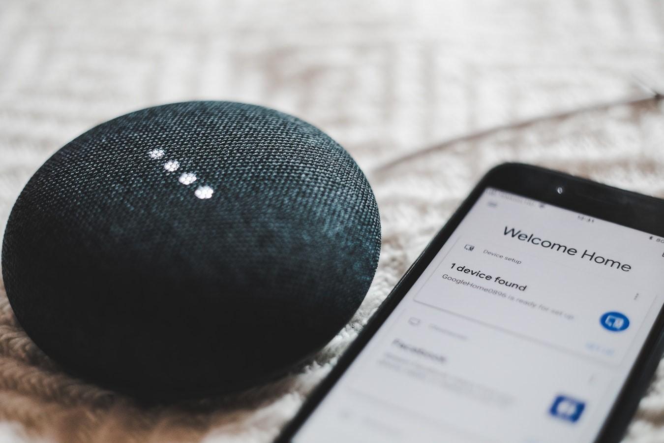 Устройство Google Home из смартфона